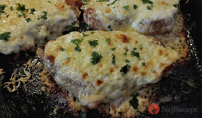 Recept Zapečená kuřecí prsa se zakysanou smetanou a sýrem