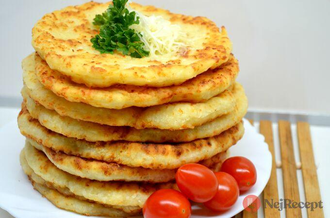 Recept Kefírové placky se sýrem. Super náhrada pečiva ke snídani.