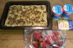 Příprava receptu Fantastické pudinkové řezy se šlehačkou a jahodami, krok 10