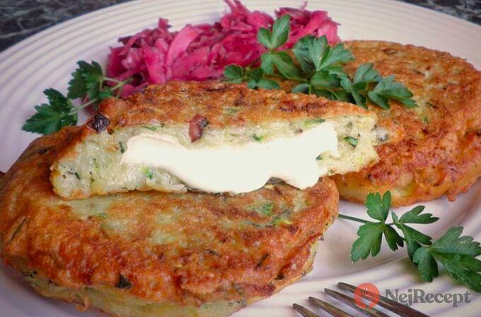 Recept Bramboráčky s cuketou, plněné hermelínem a pikantní zelný salát s křenem a červenou řepou