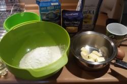 Příprava receptu Muffiny plněné džemem a zdobené vanilkovou šlehačkou, krok 1