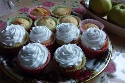 Příprava receptu Muffiny plněné džemem a zdobené vanilkovou šlehačkou, krok 11