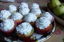 Příprava receptu Muffiny plněné džemem a zdobené vanilkovou šlehačkou, krok 12