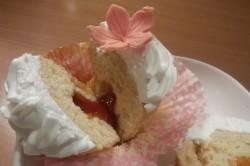 Příprava receptu Muffiny plněné džemem a zdobené vanilkovou šlehačkou, krok 17