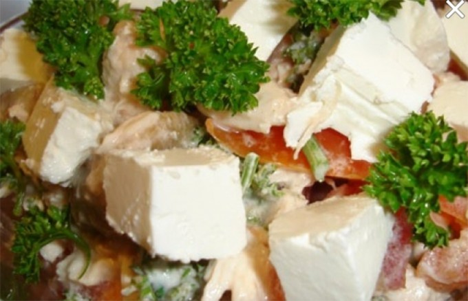 Recept Salát s kuřecím masem a balkánským sýrem