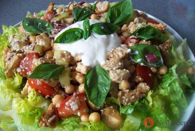 Recept Skvělý, sytý salát s kuřecím masem a cizrnou