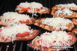 Příprava receptu Grilovaná kuřecí prsa s rajčetem, mozzarellou a parmezánem, krok 3