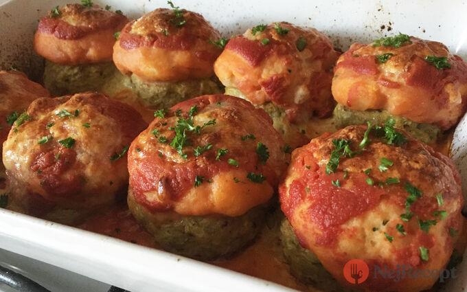 Recept Masové bomby se zelím zapečené s bramborovou kaší a strouhaným sýrem
