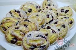 Příprava receptu Šneci s vanilkovým pudinkem a borůvkami, krok 10