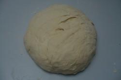 Příprava receptu Trojúhelníky se šunkou, sýrem a česnekem, krok 1