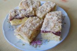 Příprava receptu Jogurtový koláč s ovocem a drobenkou, krok 9