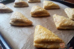 Příprava receptu Kynuté trojúhelníčky plněné ořechovou nádivkou, krok 2