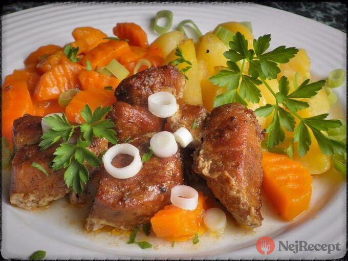 Recept Pečené vepřové kostky s bramborem a dušenou mrkví