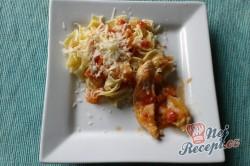 Příprava receptu Kuřecí filetky s rajčatovo-cuketovou omáčkou s nudlemi, krok 2
